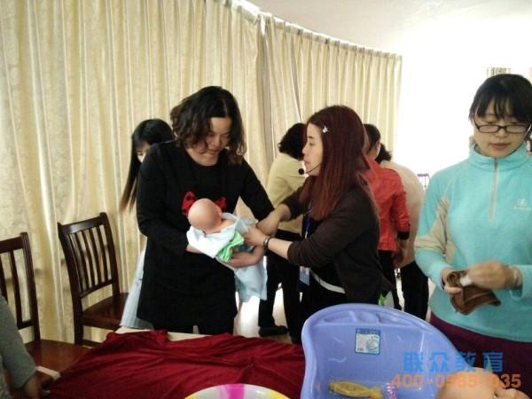 2016年4月25日首批60人的育婴员培训班学员实操