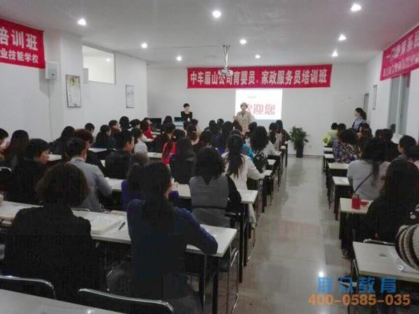 2016年4月25日首批60人的育婴员培训班开讲
